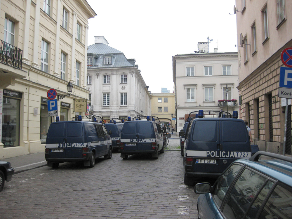 warsaw-police-waiting-for-obama-motorcade